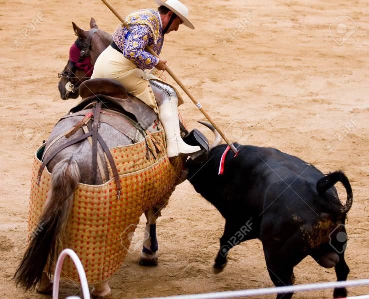 14986373-barcelona-06-de-junio-toros-tradición-típica-española-en-la-imagen-un-picador-no-identificado-jinetes-que-ja
